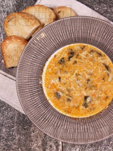Вкусна спаначена супа с фиде и застройка от кисело мляко и яйце - снимка на рецептата